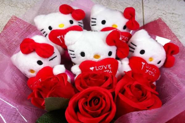 Muñecas de Hello Kitty en un ramo con rosas rojas