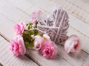 Postal: Rosas junto a un corazón