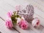 Rosas junto a un corazón