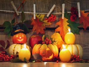 Adornos y velas para celebrar Halloween