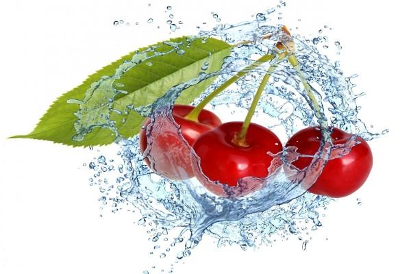 Tres cerezas en el agua