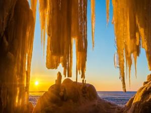 Admirando el sol a través de una cueva de hielo