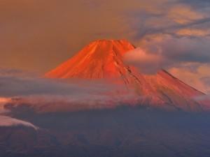 Postal: El monte Fuji iluminado por los últimos rayos de sol