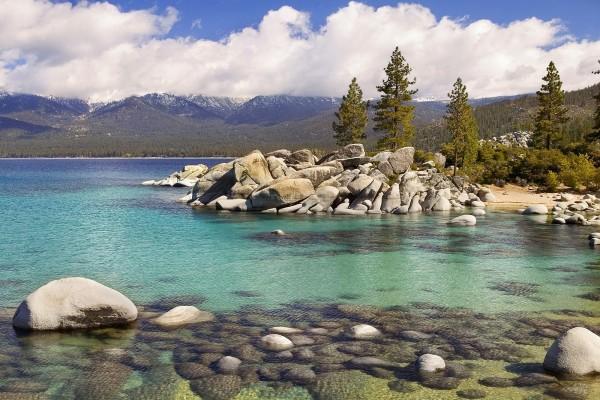 Grandes piedras a orillas del lago