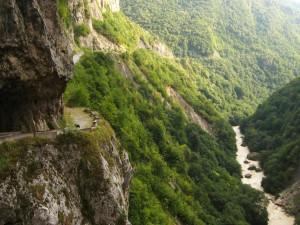 Vista del río desde lo alto del camino