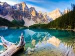 Grandes montañas junto a un lago azul