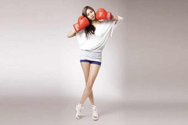 Una hermosa joven coreana con guantes de boxeo