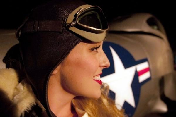 Una hermosa chica piloto de avión