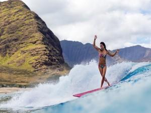 Una mujer practicando surf