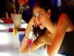 Una hermosa mujer tomando unos cócteles