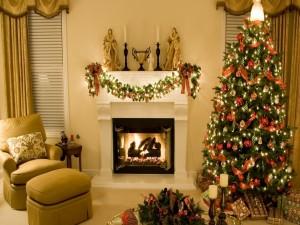 Un bello árbol de Navidad adornado junto a la chimenea