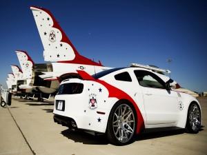 Un Ford Mustang GT y los USAF Thunderbirds