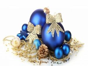 Bellos adornos azules y dorados para Navidad