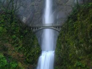 Postal: Gran puente junto a la cascada