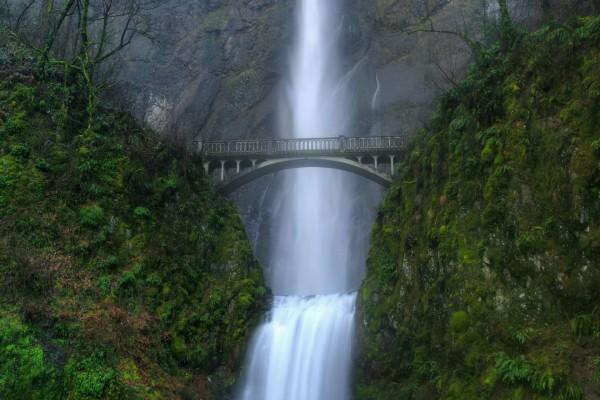 Gran puente junto a la cascada