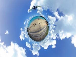 Avión en el cielo sobre un paisaje esférico