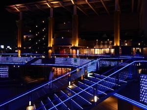 Escaleras iluminadas en un centro comercial