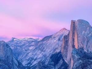 Postal: Grandes montañas y un cielo rosado