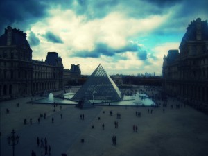 Postal: Exterior del Museo del Louvre (París, Francia)