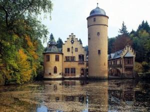 Postal: Árboles otoñales junto al castillo
