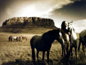 Indios nativos junto a los caballos