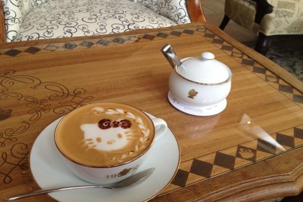 La cara de Hello Kitty en una taza de café