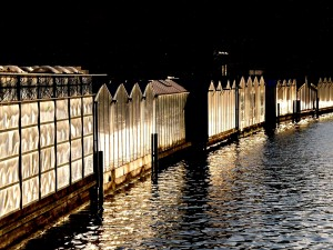 Luces reflejadas en el agua del lago