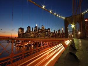 Coches atravesando el puente en la noche