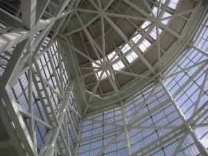 Estructura de acero con varias ventanas