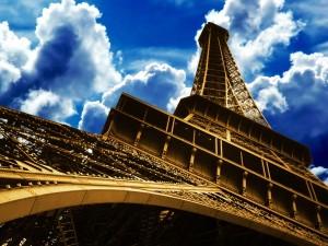 Postal: Torre Eiffel y el cielo nuboso