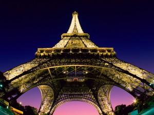 Postal: La Torre Eiffel iluminada al anochecer