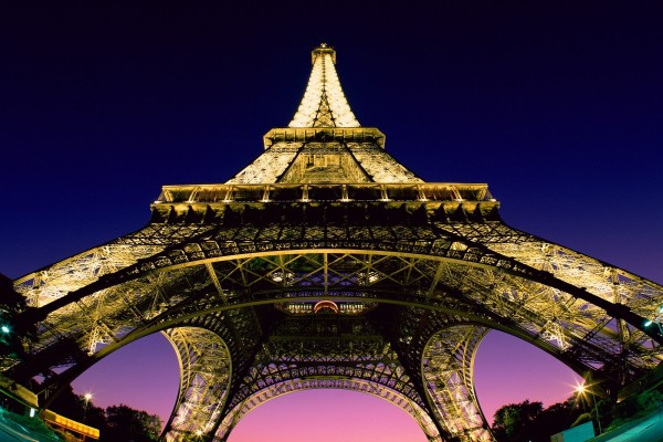 La Torre Eiffel iluminada al anochecer