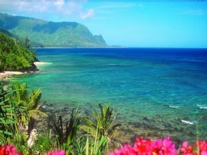 Postal: El mar azul visto desde la costa