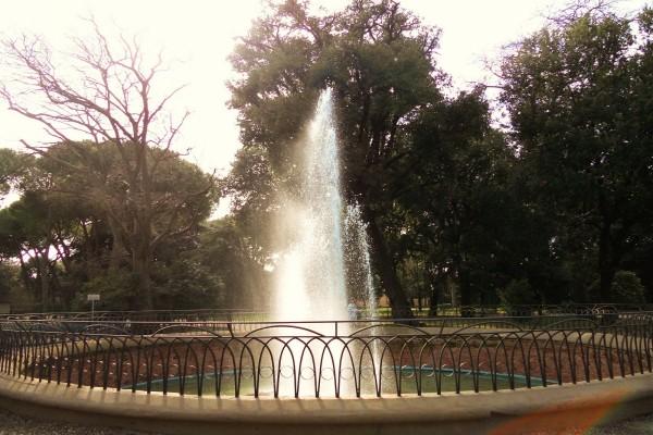 Una fuente con un chorro de agua