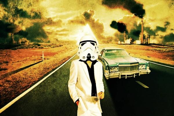 Hombre en una carretera con un casco de soldado imperial