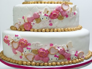Postal: Una gran tarta con varias caritas de Hello Kitty