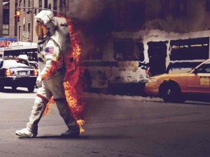 Postal: Astronauta caminando en llamas