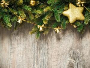 Pared arreglada con adornos dorados para Navidad