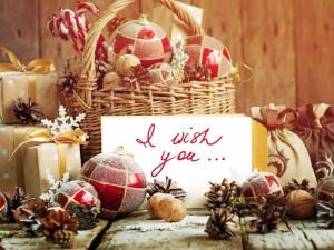 Postal: Adornos navideños junto a un mensaje