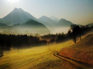 Bruma en las montañas vistas desde el valle