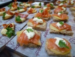 Unos ricos canapés variados con salmón