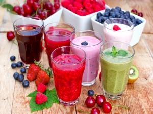 Vasos con batidos de frutas variadas