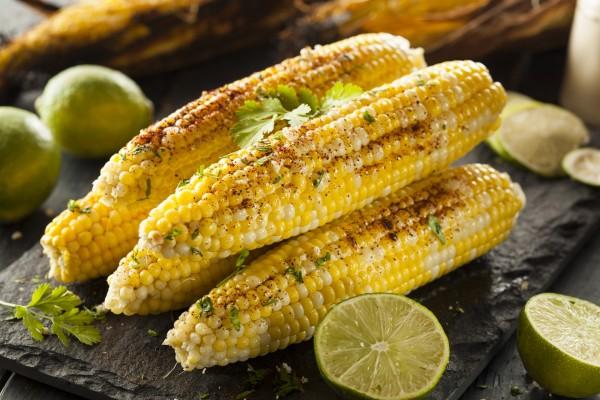 Mazorcas de maíz braseadas con limas y cilantro