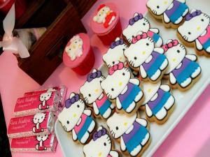 Postal: Golosinas y galletas con la imagen de la adorable Hello Kitty