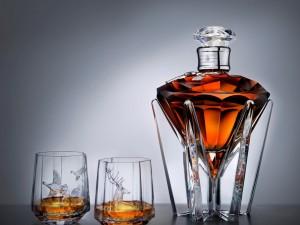 Botella y dos vasos con whisky