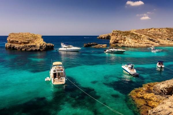 Barcos en aguas paradisíacas de Malta