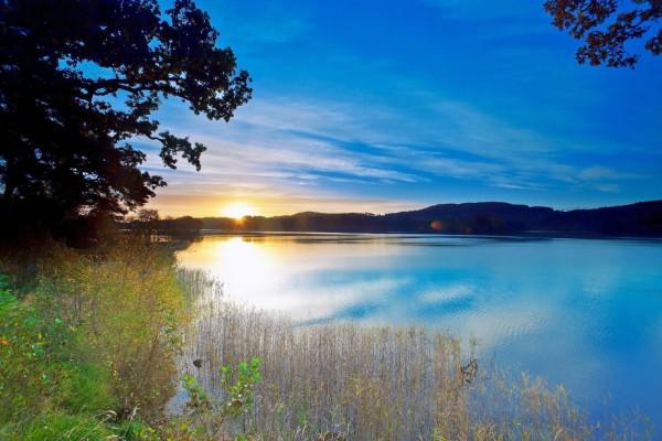El sol al amanecer reflejado en el lago