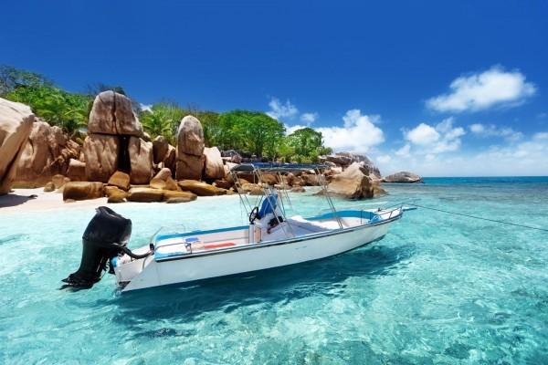 Lancha rápida con motor fuera de borda en la isla del Coco