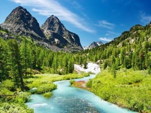 Postal: Río con agua azul junto a las montañas