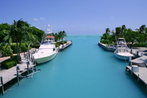 Barcos en aguas azules